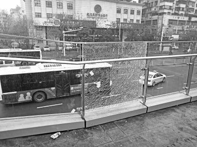 天桥护栏玻璃碎裂令人担忧施工方:缘于安装失误