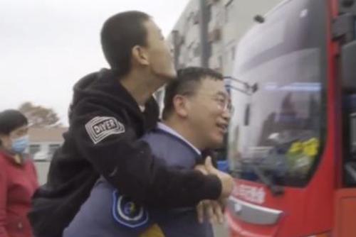 公交司机抱患病男孩上下车