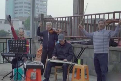 四兄弟退休后重拾乐队梦