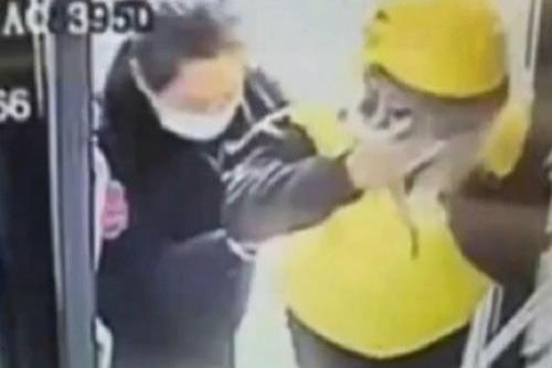 女骑手摔倒 公交司机帮她送完剩下的外卖