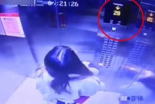 电梯故障急坠 女子科学自救