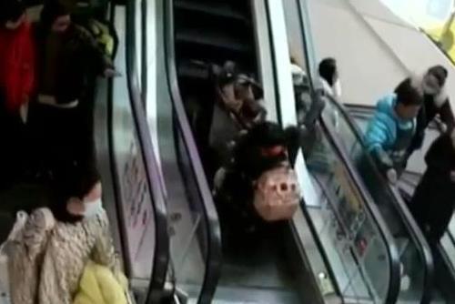 推婴儿车女子摔倒 路人飞奔扶起