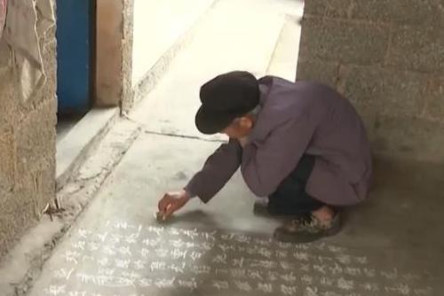老人用粉笔书写生活之美