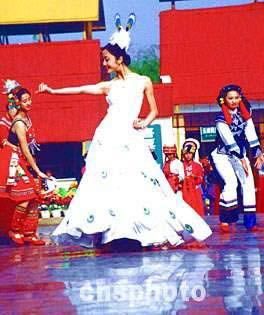 傣族姑娘一展优美的孔雀舞舞姿.中新社记者 纳家骅 摄-云南民族村图片