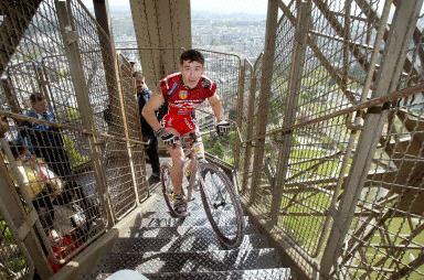 图:法国一男子骑山地车登埃菲尔铁塔破记录