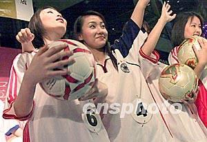 图:身穿中国足球队队服的 世界杯宝贝