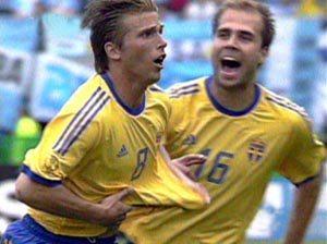 瑞典射手斯文森攻入一球后与队友欢庆