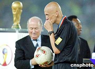 图:世界杯光头裁判克里纳得奖