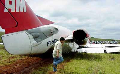 昨天,巴西tam航空公司的一架福克-100型飞机在巴西