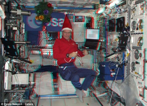 Nespoli在太空舱内的圣诞老人造型