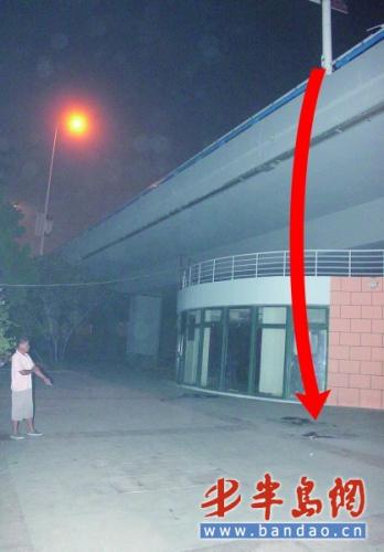男子从6米高的高架路上坠下。