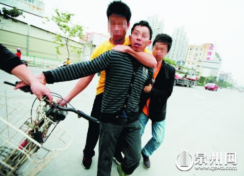 昨日上午7时许,第一名色诱团伙成员(前)被捕。
