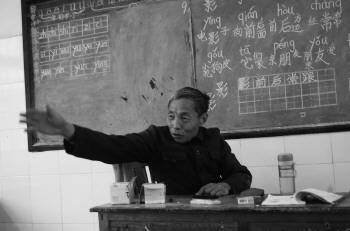 由于行动不便,王树科多数时间都是坐在讲台上为学生讲课