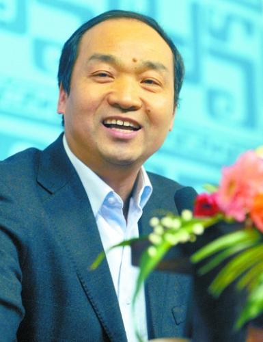 """贾少华教授做客""""名家论坛"""",指点大学生创业。 记者 熊波 摄"""