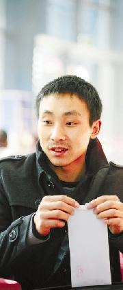 小成的姐夫收到钱报读者爱心捐助。
