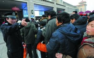 铁警在进站口对客流进行有序疏导。