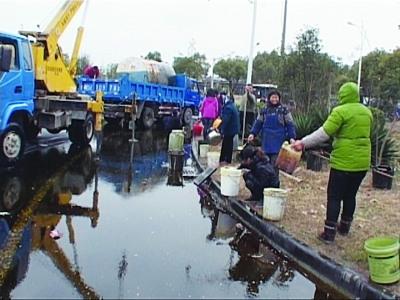 江苏一满载菜油货车侧翻 村民拿粪勺粪桶来抢油