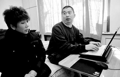 杨兵 李双琦/杨兵(右)想找份和电脑有关的工作李双琦摄...