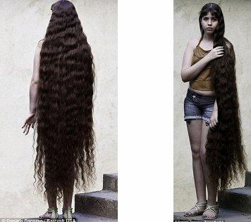 身高1.56米的12岁女孩娜塔莎留了一头1.55米的长发。