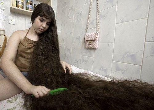 娜塔莎每天梳头要用一个半小时。