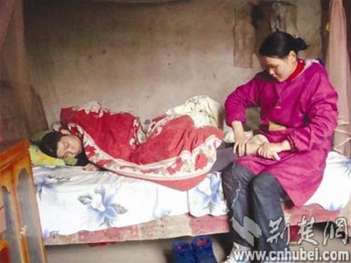 丈夫遇车祸成植物人 妻子照顾150天将其唤醒