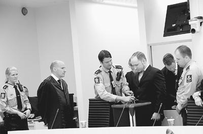 在庭审现场,法警为布雷维克打开手铐。本报记者 刘仲华摄