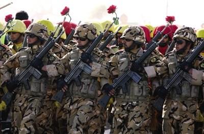 4月17日,德黑�m,伊朗士兵�⒓娱�兵�x式。��日,伊朗多��城市�e行盛大�兵
