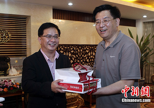 6月25日,中国新闻社总编辑章新新会见了台湾中国时报总编辑张景为一行,并就两岸新闻交流进行了会谈。中新社发 刘震 摄