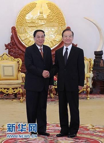 11月5日,中国国务院总理温家宝在万象会见老挝人民反动党中央总书记、国家主席朱马利。 记者 李涛 摄