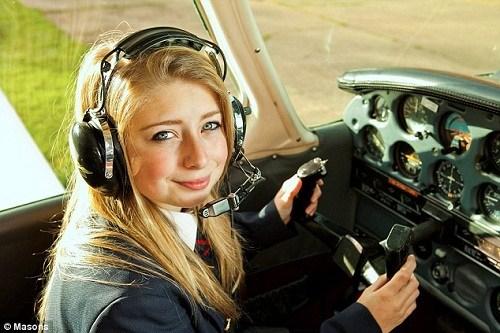 16岁女孩驾机上天 成英国最年轻女飞行员(图)