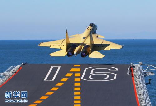 """歼—15飞机在""""辽宁舰""""上滑跃起飞.新华军事记者 查春明摄"""