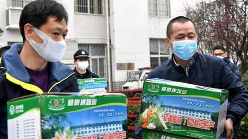媒体牵线搭桥 武汉社区困难居民获赠绿叶菜