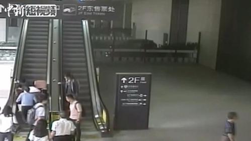 老人不慎从扶梯滚下 热心民警急伸援手