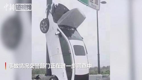 """杭州一轿车""""飞""""上高架路牌杆"""