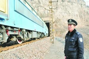 马海忠负责的岩会站是太行山腹地、石太铁路线上的一个四等小站。13公里的线路全靠他一个人守护,一守就是18年