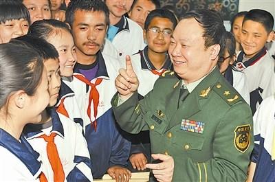 庄仕华与乌鲁木齐市66中学的各族同学交流.马爱国摄