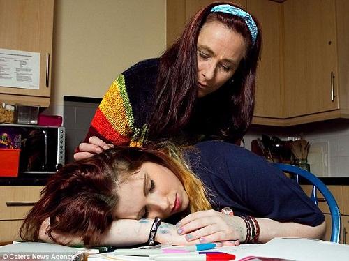路易斯患有睡美人综合症,病情发作时会毫无征兆的睡着