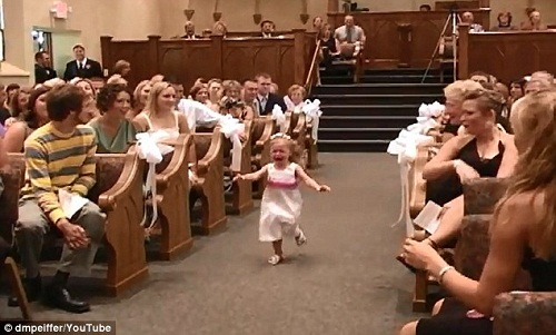 小花童哭着冲进教堂