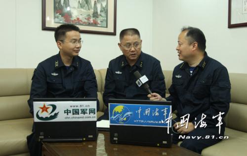 编队指挥员蒋伟烈接受解放军报记者采访