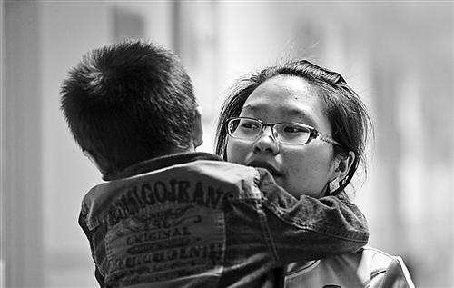 重庆市儿童孤独症康复治疗中心康复训练师詹小琴带孩子回到教室