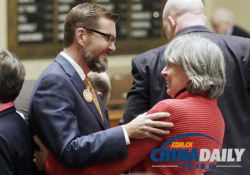 明尼苏达州众议院议员凯伦・克拉克(右)和参议员克拉克・迪布尔庆祝异性婚姻合法化