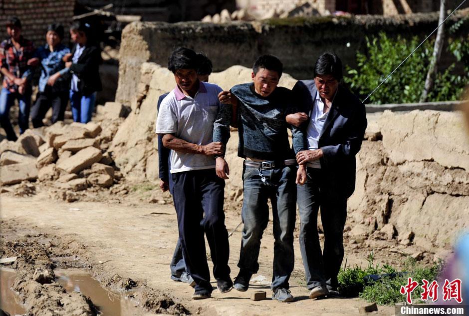 甘肃/甘肃岷县地震引发滑坡民居被毁村民受伤