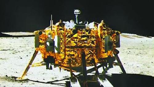 """""""玉兔""""号月球车上的五星红旗出现在着陆器拍摄的画面中."""