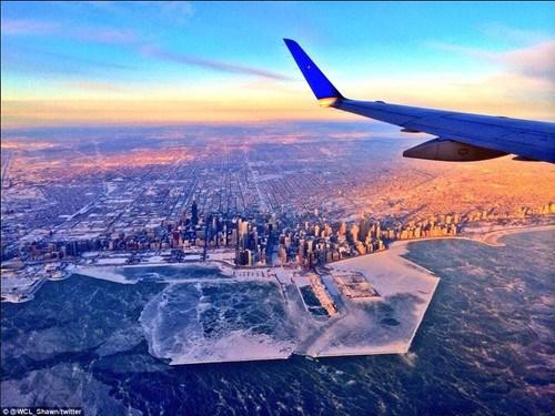 飞机上的一位乘客拍下的冰封的芝加哥海岸.