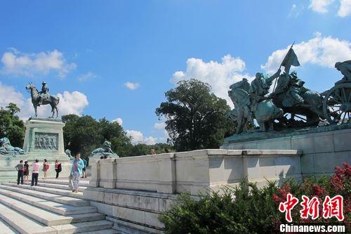 图为华盛顿国会大厦广场战争雕塑 韩胜宝摄