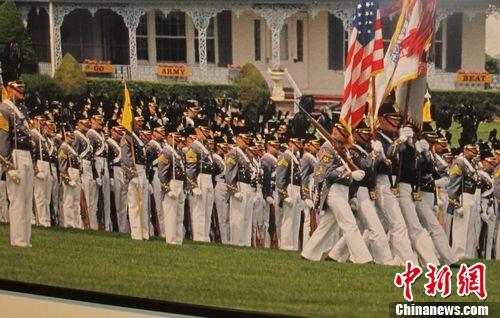 图为美国西点军校举行阅兵式