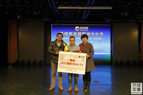 環球網總編輯朱研為未來航母設計大賽一等獎獲得者之之(楊技華)頒獎,左一是本屆大賽評委代表超大軍事李小健。(環球攝影 閔成貝)