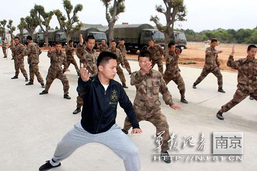 解放军海防团体能训练新招:少林棍 太极拳(图)- 中国日报网