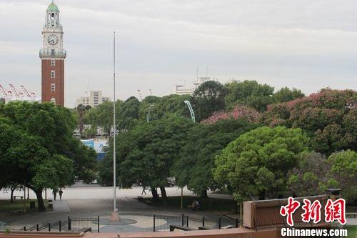图为正对着伦敦钟大本钟的阿根廷马岛和平断送将士留念碑 韩胜宝摄