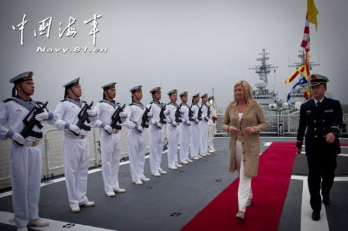 荷兰国防大臣杰娅妮娜・汉尼斯--普拉茨赫尔特密斯校阅国产某型保护舰水兵仪仗队